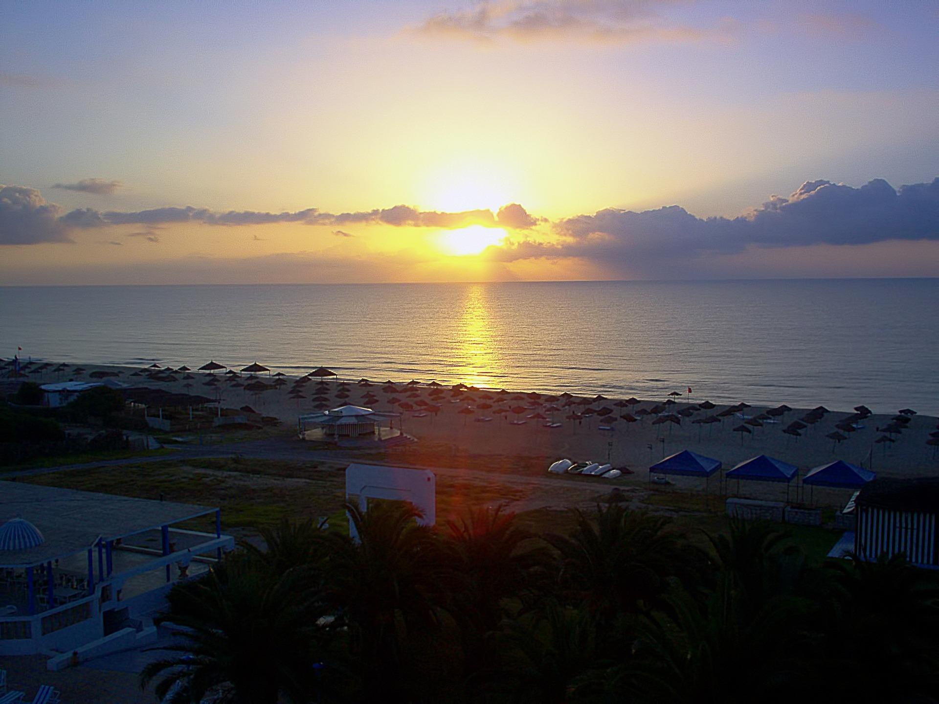 Besonders romantisch ist der Strand von Hammamet am Mittelmeer bei Sonnenuntergang.