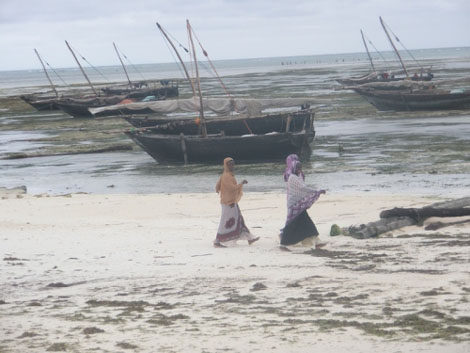 Frauen am Strand in Nungwi - Sansibar