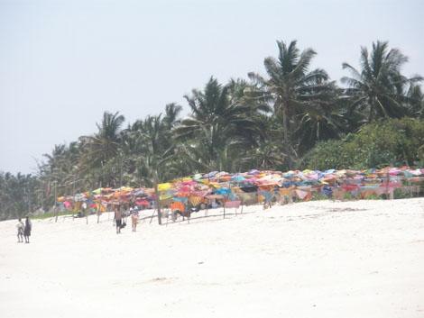 Tücherverkauf am Strand in Mombasa